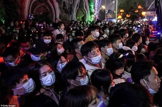 Юмор на грани: в Ухане толпы монстров вывалили на улицу
