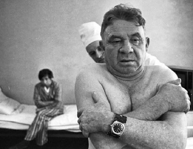 Утренний осмотр врача терапевта своих пациентов  в больнице.