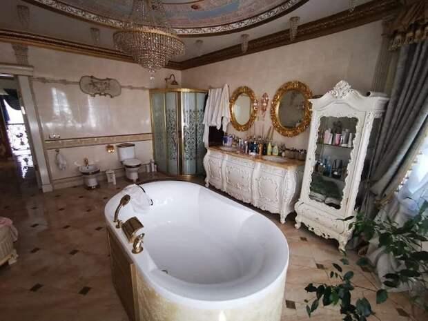 Хинштейн показал «золотые унитазы» в доме задержанного начальника УГИБДД Ставропольского края