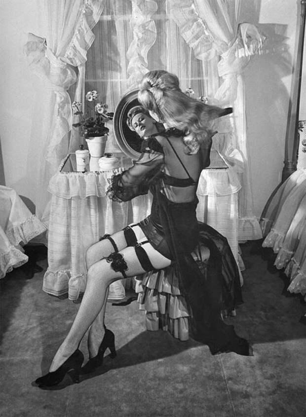 Модель в чулках, 1948.