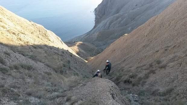 В Крыму туристка в сланцах не могла слезть с горы, нашлись и другие друзья по несчастью (фото)