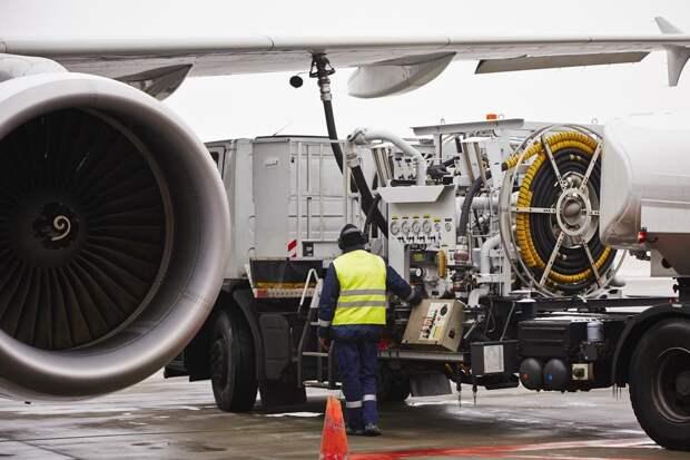 «Газпром нефть» отказывается от долларов США при расчетах с Китаем за заправку самолётов