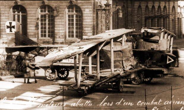 Двухмоторный бомбардировщик «Гота» G.III из эскадры KAGOHL 2, сбитый Гинемером 8 февраля 1917 года и выставленный на всеобщее обозрения на площади в Нанси — 31-я победа лётчика - Самый известный «Аист» | Warspot.ru