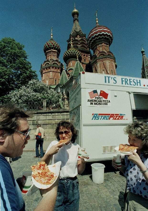 Киоск с фаст-фудом на Красной площади, возле Храма Василия Блаженного, 28 мая 1988 года.