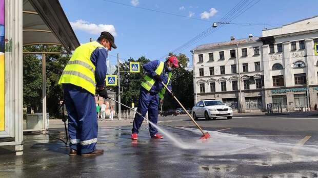 Тротуары и урны на остановках в Петербурге отмыли от липких пятен и разводов — видео