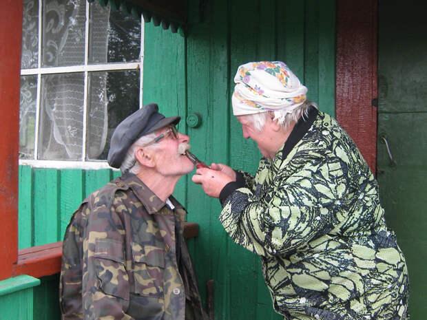 Жили дед да баба. Оба — медики. Дед — бывший очень уважаемый хирург, жена — бывший стоматолог. Дед любил выпить...