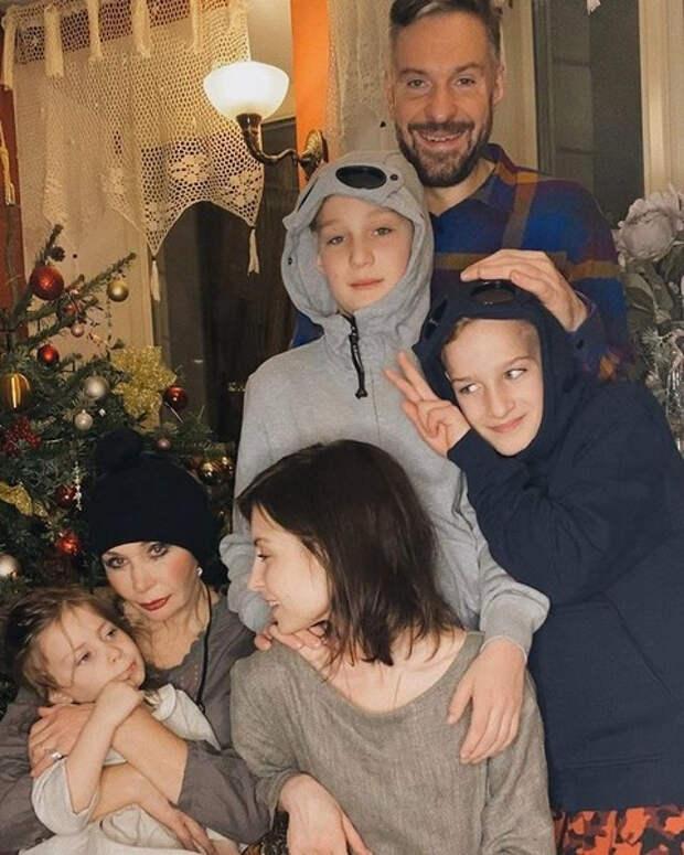 «Зачем мне эти деньги? Они нужны на внуков»: как Татьяна Васильева поладила с женами сына