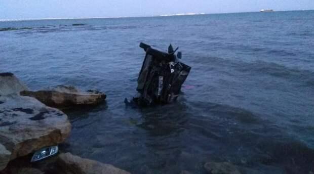 Машина слетела в море с высоты 25 метров в Керчи