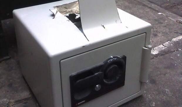 Молодые приморцы вынесли сейф с10 миллионами изокна офиса компании