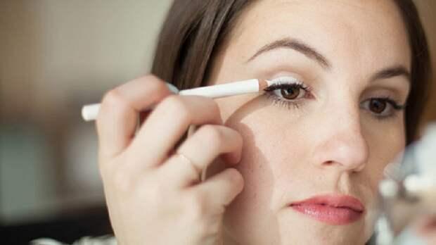 белый карандаш в макияже глаз