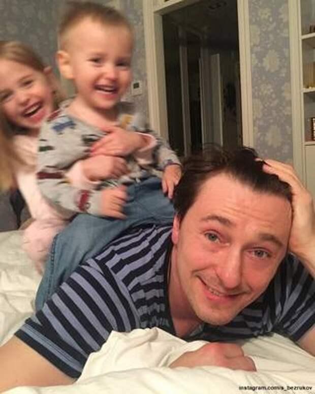 Сергей Безруков показал, как катает на спине подросших детей