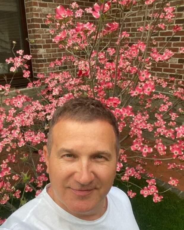 Юрий Горбунов похвастался деревом, которое посадил: оно красиво расцвело
