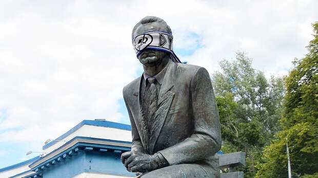 Фанаты киевского «Динамо» завязали глаза на памятнике Лобановскому