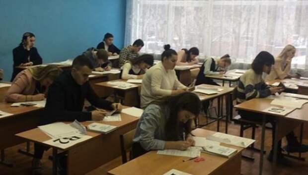 Около 600 выпускников в среду повторно напишут итоговое сочинение в Подмосковье