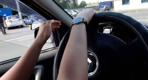 Можно ли крутить руль на месте при не заведённом моторе