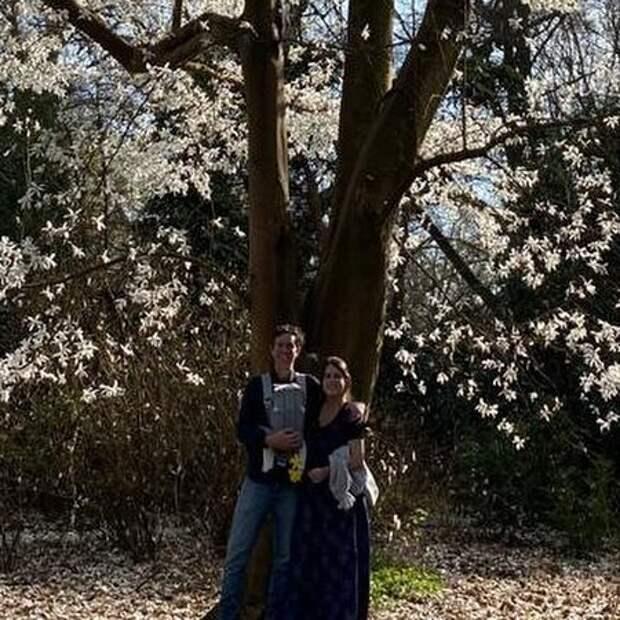 Принцесса Евгения и Джек Бруксбенк поделились новым портретом с сыном к Пасхе