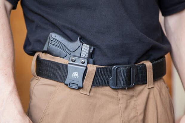 пистолет за поясом