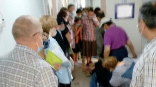 Тоболякам пришлось толпой ждать вакцинацию отCOVID-19