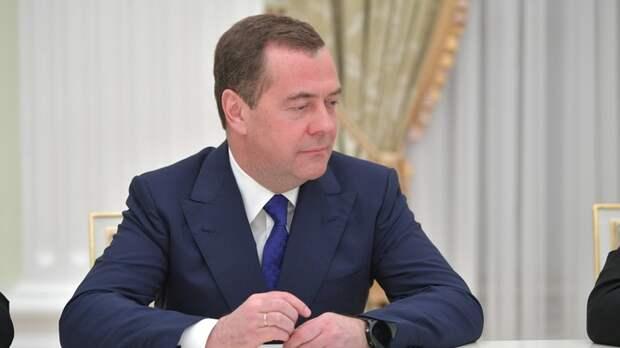 И Медведева туда пристроить: Слухи о роспуске Госдумы политолог назвал логическим завершением