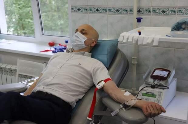 Элиссан Шандалович сдал кровь, присоединившись ко Всемирному дню донора