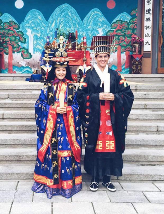 Корейский национальный костюм называется ханбок, одну из вариаций которого корейцы надевают на собственную традиционную свадьбу.