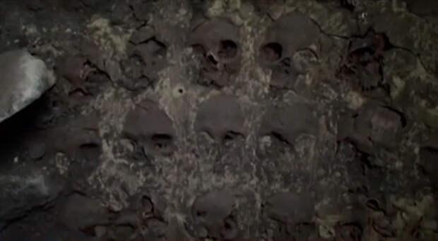 Жуткую башню из человеческих черепов обнаружили в Мексике