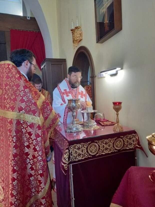 В неделю вторую по Пасхе епископ Серафим совершил Божественную литургию в Никольском кафедральном соборе.