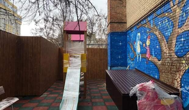 Застройщик долгостроя вцентре Ростова захватил детскую площадку