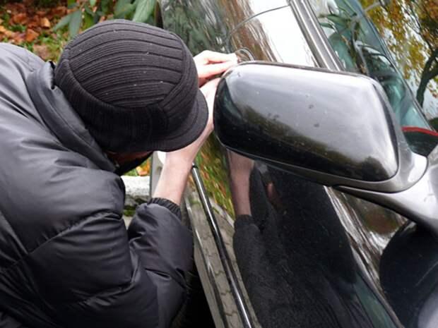 Из машины петербурженки украли ключи от квартиры, где она хранила круглую сумму денег