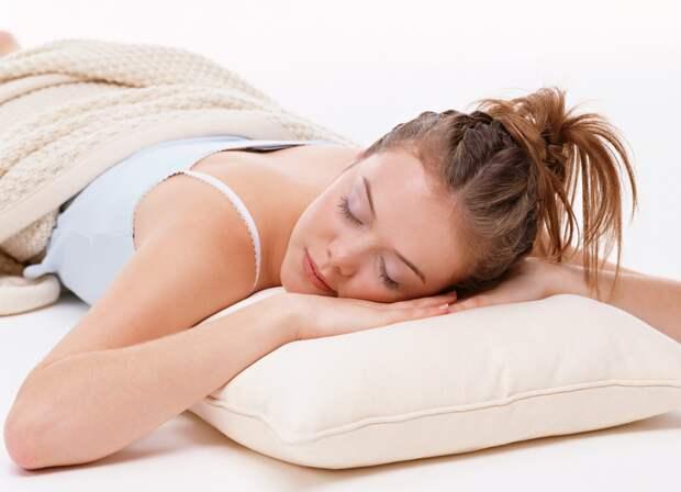 Почему врачи не советуют спать на животе: о главных опасностях такого сна