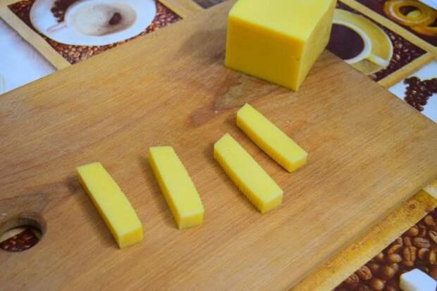Режем сыр на удобные полоски  Сырные палочки, видео, еда, к пиву, рецепт, своими руками