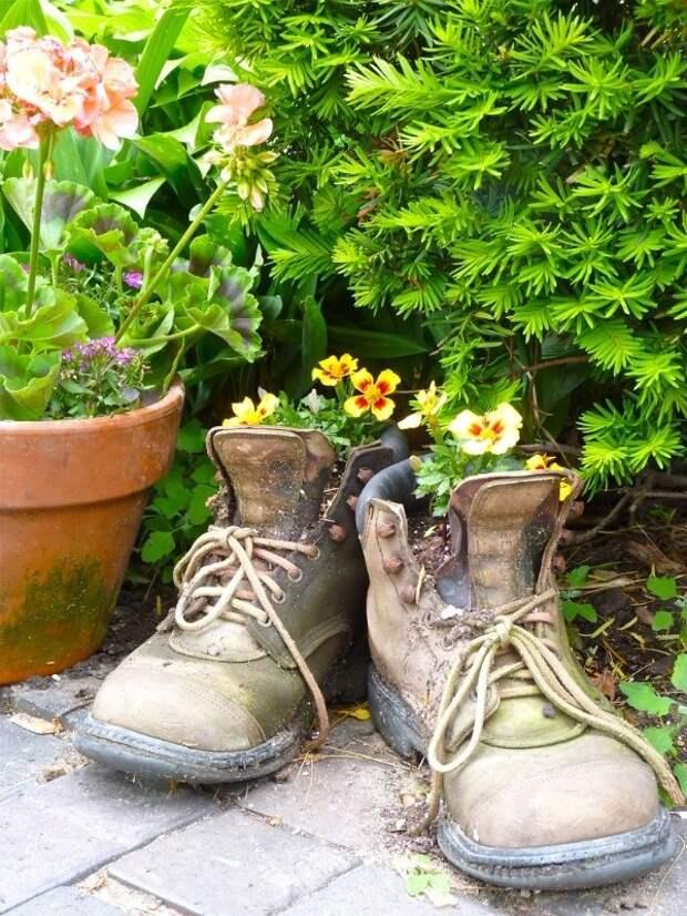 Клумба из старых ботинок