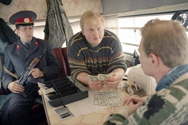 Москва, 1993, пункт обмена валюты в микроавтобусе.
