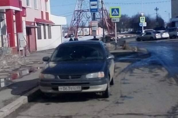 """Автохамы в Магадане: тяга к газонам, перекрытый проезд и """"другие"""" правила парковки"""