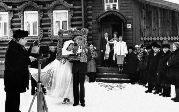 Фото переносит нас в деревню, где проходит бракосочетание молодой пары со всеми положенными традициями. 1986 год.