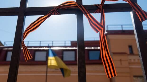Толпа радикалов набросилась на жительницу Одессы из-за георгиевской ленты