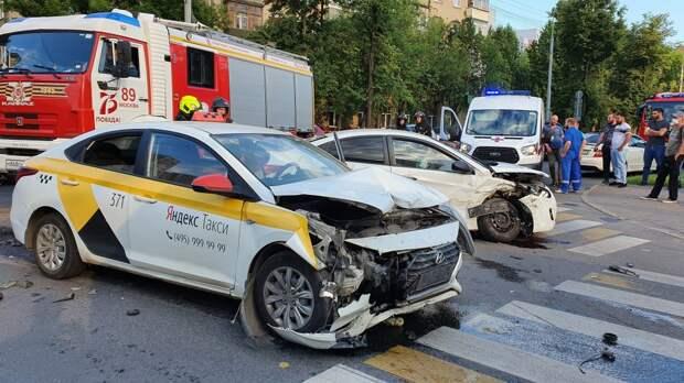 ДТП с участием такси на пересечении улиц Краснодонской и Судакова/Агентство «Москва»