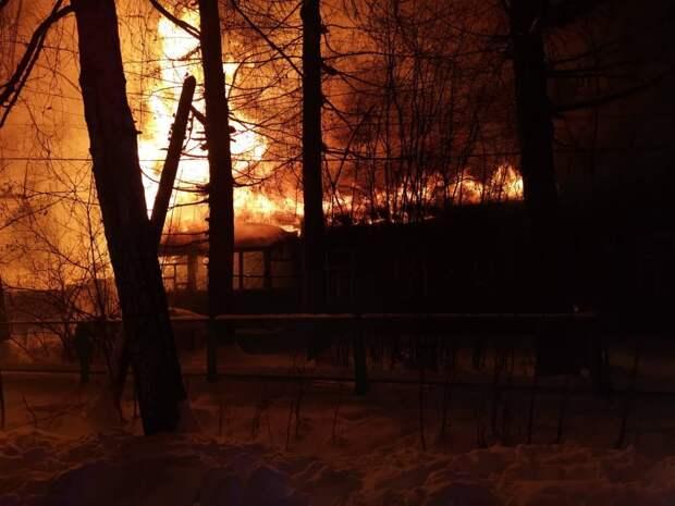 Два человека погибли на пожаре на Бору