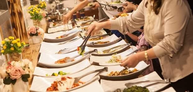 Туристам перечислили схемы обмана на «шведских столах» в отелях