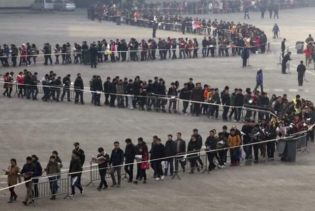 Студенты младших курсов выстроились в очередь на ярмарке вакансий в 2014 году. Только эту ярмарку в городе Чжэнчжоу провинции Хэнань посетило около 50 тысяч человек. китай, люди, население