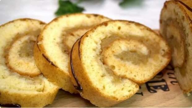 Натертые на терке яблоки заливаю тестом и получаю вкусный рулет за 20 минут