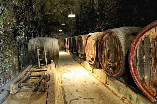 Винные бочки в подвале замка Брезе