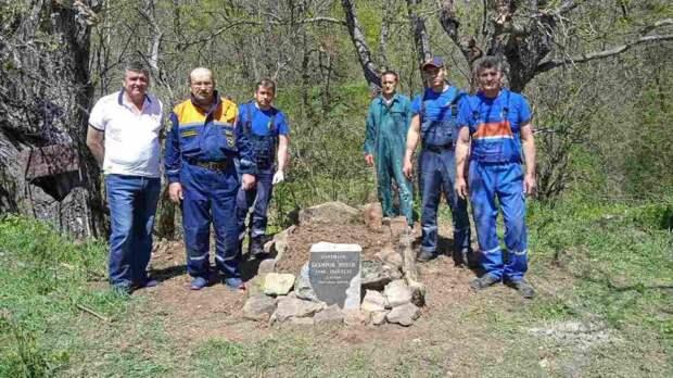 МЧС РК: Сотрудники ГКУ РК «КРЫМ-СПАС» установили памятник партизану времен ВОВ в Бахчисарайском районе