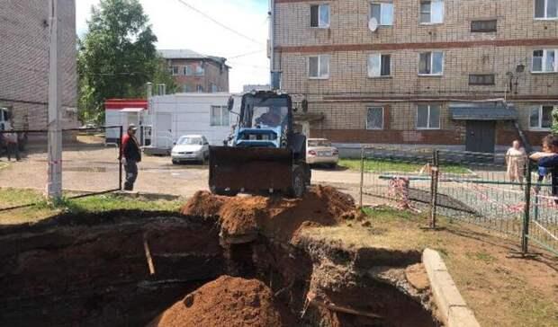 Грунт провалился во дворе дома на улице Гагарина в Ижевске