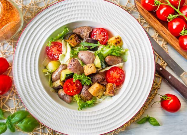 Салат с куриными сердечками. \ Фото: vkusnyblog.ru.