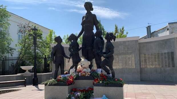 Оренбуржцы продолжают нести цветы к памятнику учителю в память о погибших в Казани