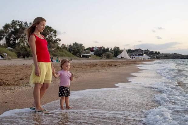 Поток туристов заворачивает на родину