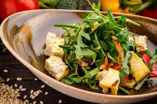 Салат с маринованными овощами и фасолью