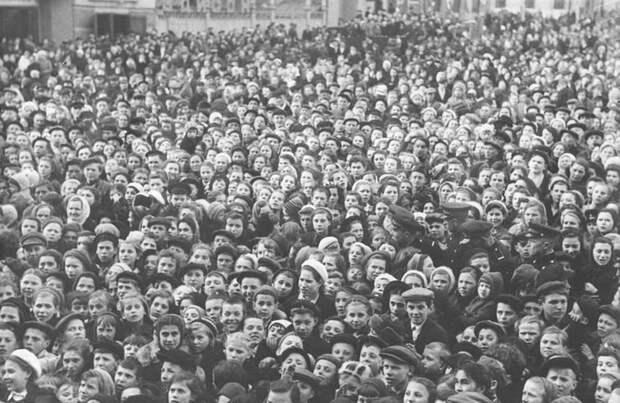 Праздник Победы в Москве на площади Маяковского.