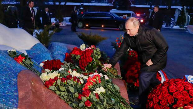 Фото: https://fair.ru/putin-vozlozhil-tsvety-mogilu-eltsina-21020118265395.htm